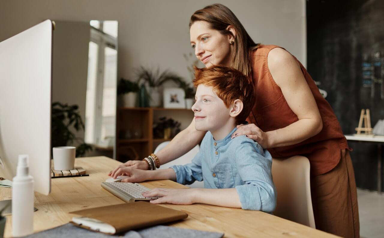mother-teaching-technology